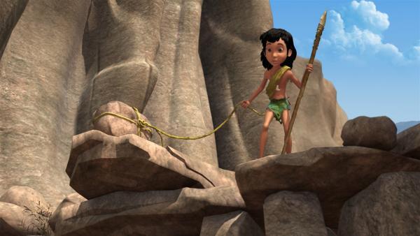 Mogli muss sich von einem Felsvorsprung retten. Phaona hatte ihn dort allein zurück gelassen und ihm den Rückweg abgeschnitten, damit er Anführer des Teams werden kann.   Rechte: ZDF/DQ Entertainment