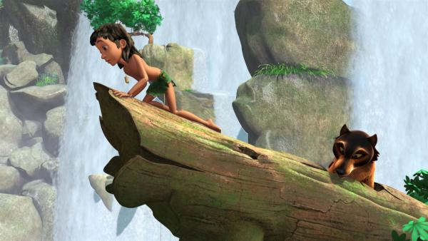 Mogli (l.) und Phaona (r.) haben Glück: Der Baumstamm ist beim Sturz im Wasserfall an einem Felsen hängen geblieben. | Rechte: ZDF/DQ Entertainment