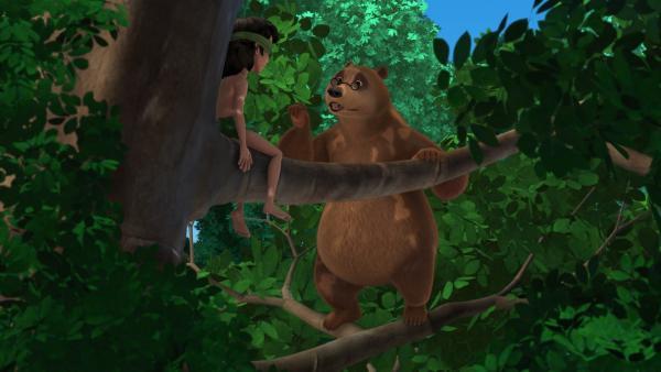 Mogli kann nichts mehr sehen. Während Balu ein Gegenmittel besorgt, soll Mogli (l.) auf dem Baum sitzen bleiben. | Rechte: ZDF/DQ Entertainment