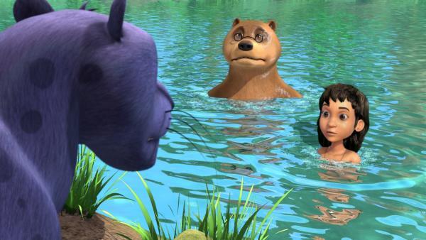 Balu (m.) und Mogli (r.) haben es Baghira (l.) vorgemacht: Ins Wasser hüpfen kann auch Spaß machen! Doch Baghira traut sich noch nicht, hinterher zu springen. | Rechte: ZDF/DQ Entertainment