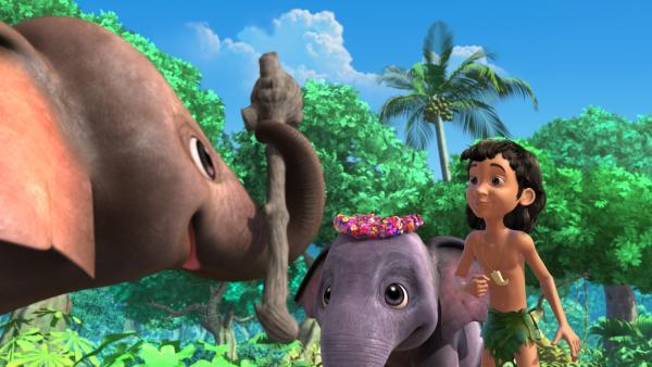 Appu, Hita und Mogli spielen heimlich mit dem schwarzen Taktstock, den der Elefantenchef Hathi am Abend für die alljährliche Parade braucht.   Rechte: ZDF/DQ Entertainment
