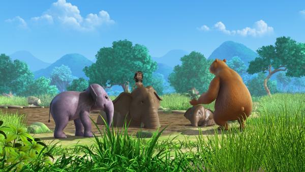 Die Elefanten, Mogli und Balu nehmen ein Schlammbad. | Rechte: ZDF/DQ Entertainment