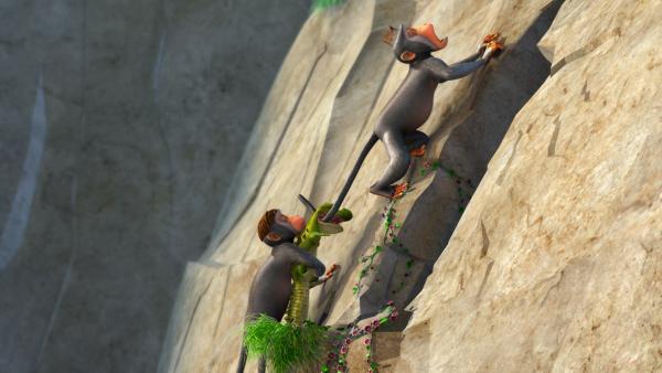 Die zwei Affen verschleppen Beißer, das Krokodilbaby. Doch Beißer macht seinem Namen alle Ehre.   Rechte: ZDF/DQ Entertainment