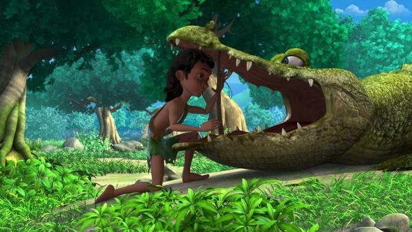 Todesmutig hilft Mogli dem Krokodil Jakala und sucht den kranken Zahn im großen Maul.   Rechte: ZDF/DQ Entertainment