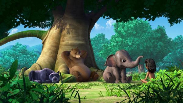 Balu und Baghira dösen und hören zu, wie Appu Mogli vom Schwarzen Elefanten erzählt. Mit dem gruseligen großen Tier hat ihm seine Mutter gedroht, weil er unartig war.   Rechte: ZDF/DQ Entertainment