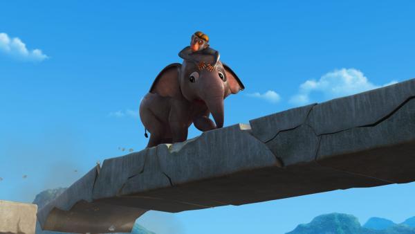Als Appu orientierungslos und allein zu der Affenbande kommt, ärgern ihn die frechen Affen. Aus Verzweiflung rennt er die Treppen in den Ruinen weit hoch. | Rechte: ZDF/DQ Entertainment