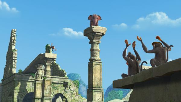 Als der kleine Elefant Appu hoch oben in den Ruinen angekommen ist, bricht der Verbindungsweg hinter ihm zusammen. Er kann sich gerade noch auf eine Säule retten. Die frechen Affen finden das auch noch lustig. | Rechte: ZDF/DQ Entertainment