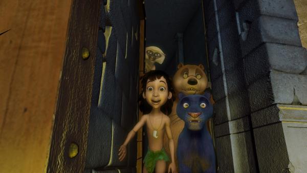 Mogli (vorne li.), Baghira (vorne re.), Balu (Mitte re.) und Langur (hinten li.) sind überrascht als sie sehen, was sich hinter der schweren Tür verbirgt. | Rechte: ZDF/DQ Entertainment
