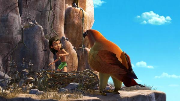 Chil (re.) hat auch Mogli (li.) entführt. Mogli ist von der Größe des Greifvogels überrascht. | Rechte: ZDF/DQ Entertainment