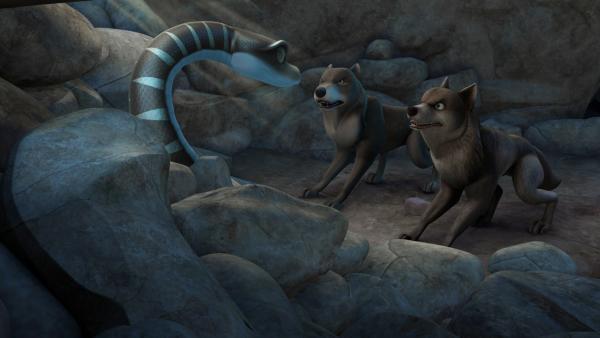 Lali und Bala sind bei einem Erdbeben durch herunter fallende Steine in einer Höhle eingeschlossen worden. Nur Kaa, die Schlange, kann durch einen kleinen Spalt zu ihnen gelangen.   Rechte: ZDF/DQ Entertainment
