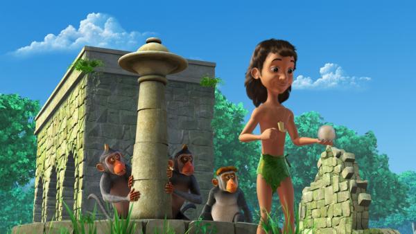 Mogli ist ganz verrückt danach, mit dem Gummiball zu spielen, den er in einer hohlen Kokosnuss gefunden hat. Die Affen würden auch gern mitspielen.   Rechte: ZDF/DQ Entertainment