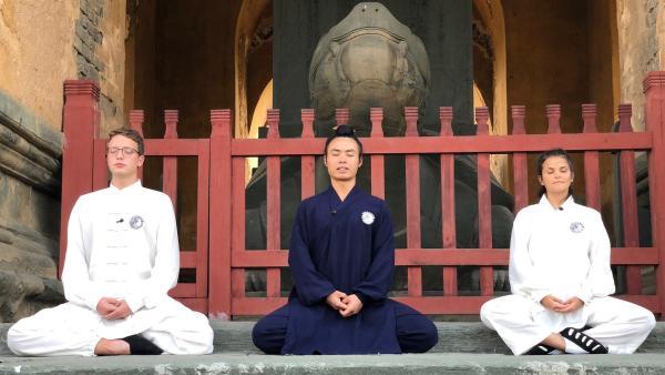 In China lernen Louisa und Philipp nicht nur Kung Fu, sondern auch die hohe Kunst des Meditierens. | Rechte: ZDF/Georg Bussek
