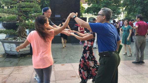 Ein Tänzchen im Park morgens um fünf? Das ist für Vietnamesen Frühsport und völlig normal - für Louisa und Philipp (links im Bild) aber eine ganz neue Erfahrung! | Rechte: ZDF/Hilke Bakker