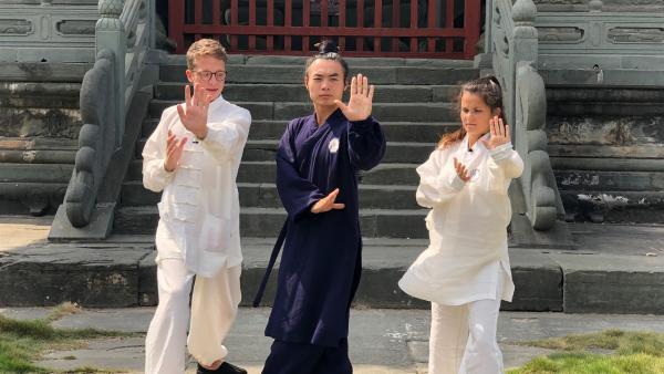 Louisa und Philipp lernen von einem Kung Fu Meister, worauf es bei der Kampfkunst ankommt. | Rechte: ZDF/Georg Bussek
