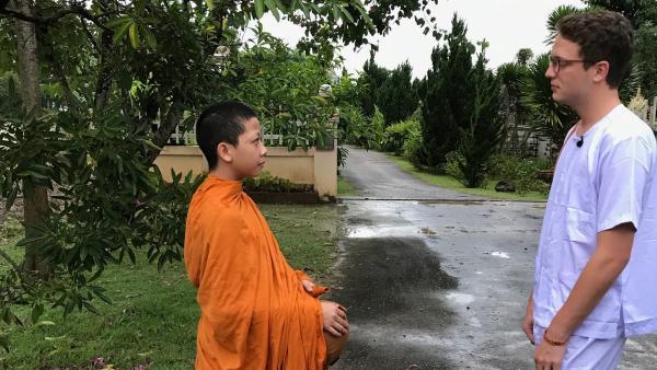 Philipp im Kloster. Er begleitet einen 14-jährigen Mönch und lernt den sehr geregelten Klosteralltag kennen. | Rechte: ZDF/Swantje Cichowlas