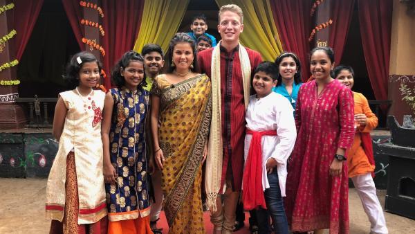 Louisa und Philipp in den Filmstudios, in denen Bollywood-Filme gedreht werden. Die beiden bekommen auch eine kleine Rolle. | Rechte: ZDF/Georg Bussek