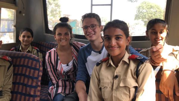 Schüler in Polizeiuniformen? Polizeiunterricht ist in Indien ein Schulfach. | Rechte: ZDF/Georg Bussek