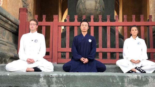 Louisa und Philipp meditieren mit Mönch in China | Rechte: ZDF