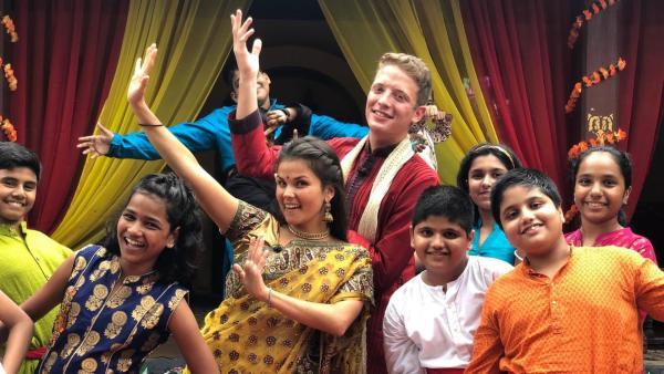 Louisa und Philipp mit indischen Kindern | Rechte: ZDF