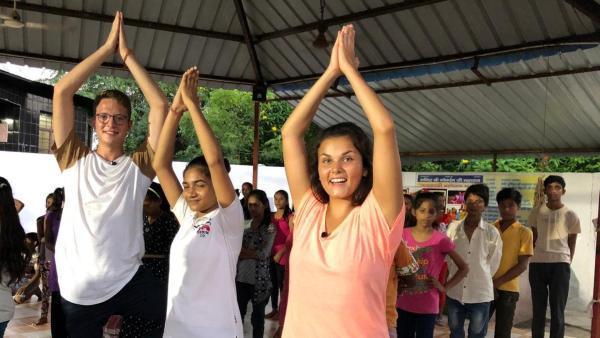 Louisa und Philipp machen Yogaübung in Indien | Rechte: ZDF
