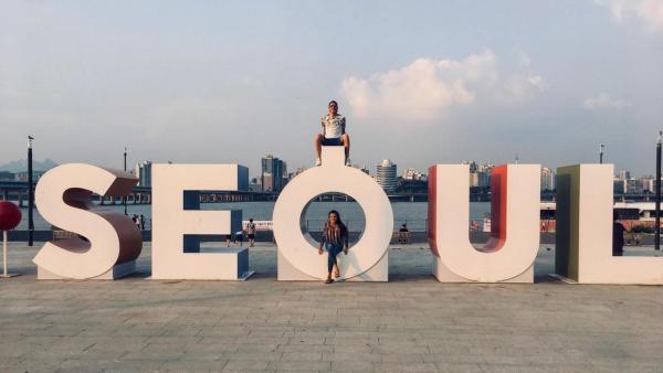 Louisa und Philipp vor Schriftzug Seoul | Rechte: ZDF