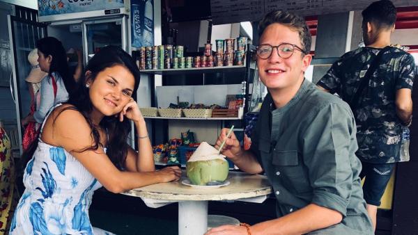 Louisa und Philipp in einem Kiosk in Thailand | Rechte: ZDF