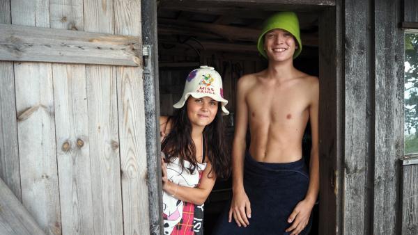 Philipp und Louisa schwitzen in einer finnischen Sauna. | Rechte: ZDF/Bettina Herzer
