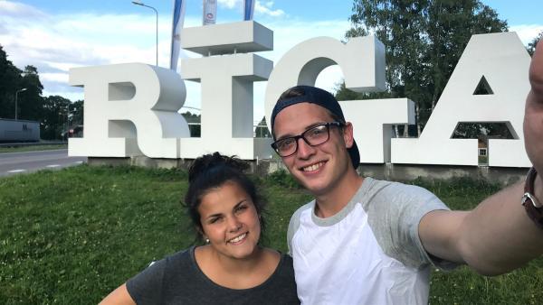 Philipp und Louisa sind in der lettischen Hauptstadt Riga angekommen. Dort werden sie unter anderem an einem riesigen internationalen Chorfestival teilnehmen. | Rechte: ZDF/Sarah Winkenstette