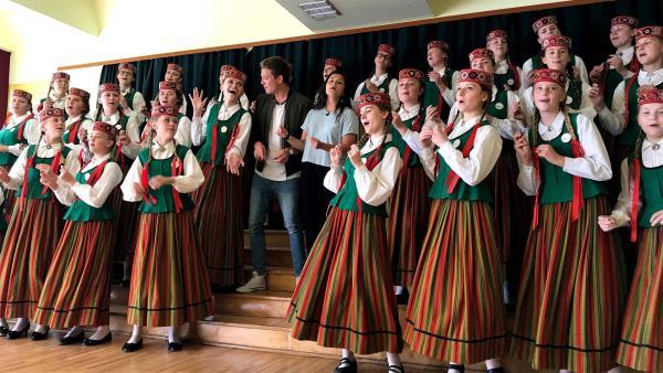 Louisa und Philipp singen bei einem traditionellen lettischen Chor mit, der später auch noch an einem riesigen internationalen Chorfestival teilnimmt.   Rechte: ZDF/Sarah Winkenstette