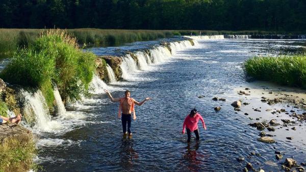 Philipp und Louisa sind in Lettland angekommen. Dort nehmen sie in ein Bad im breitesten Wasserfall Europas.   Rechte: ZDF/Sarah Winkenstette