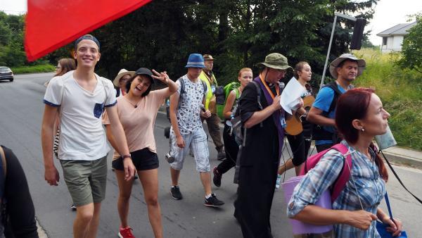 Louisa und Philipp sind richtig früh aufgestanden. Die beiden machen in Polen bei einer Pilgerreise mit jungen katholischen Leuten mit. | Rechte: ZDF/Agnieschka Jankowska