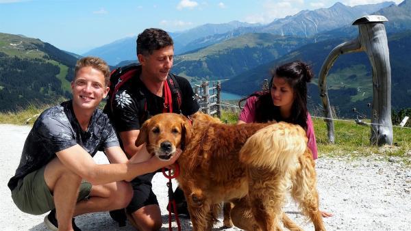In den österreichischen Bergen lernen Louisa und Philipp den Bergrettungshund Sam und seinen Trainer Stefan kennen. | Rechte: ZDF/Sarah Winkenstette