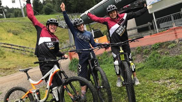 Geschafft! Philipp und Louisa haben mit der österreichischen Mountainbikerin Johanna ein Downhill-Rennen absolviert.   Rechte: ZDF/Sarah Winkenstette