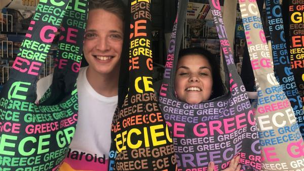 Philipp und Louisa sind bei ihrer Europareise in Griechenland angekommen. Da nach Griechenland immer viele Touristen kommen, checken die beide auch mal kurz auf einer Insel ein und helfen dort in einem kleinen Hotel mit. | Rechte: ZDF/Georg Bussek