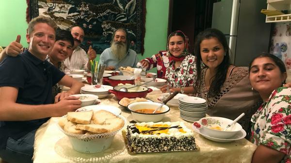 Philipp und Louisa sind in Rumänien in einem kleinen Dorf zu Gast bei einer Roma-Familie. Dort lernen sie deren Bräuche und Sitten kennen. | Rechte: ZDF/Georg Bussek