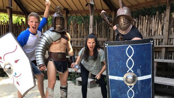 In Rom kämpfen Louisa und Philipp als Gladiatoren gegeneinander. Vorher bekommen sie ein echtes professionelles Gladiatoren-Training. | Rechte: ZDF/Sarah Winkenstette