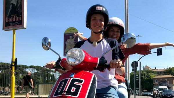 Klar, zu Italien gehört natürlich auch Motorrollerfahren. Louisa und Philipp besuchen ein Festival, bei dem es nur um alte Roller geht. | Rechte: ZDF/Sarah Winkenstette