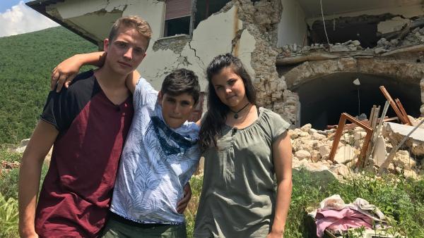 Philipp und Louisa sind in Italien angekommen. In dem kleinen Ort Norcia zeigt ihnen der elfjährige Mattia sein Zuhause, das von einem Erdbeben zerstört wurde. | Rechte: ZDF/Sarah Winkenstette