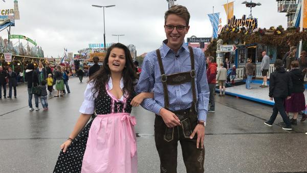 Klar, zu einer Deutschlandreise gehört auch ein Besuch des größten Volksfestes der Welt. Louisa und Philipp sind in München auf dem Oktoberfest und werden sich gleich im Maßkrug-Heben üben. | Rechte: ZDF/Georg Bussek