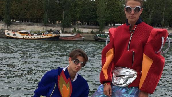 Philipp nimmt in der Modehauptstadt Paris an einer Modenschau teil. Was wohl Louisa zu diesem Outfit sagen wird? | Rechte: ZDF/Sarah Winkenstette