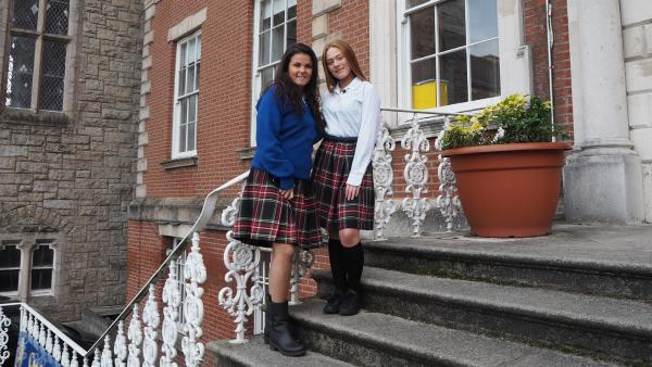 Anders als in Deutschland trägt man in Irland eine Schuluniform. Klar, dass Louisa sich von der 15-jährigen Aimee die richtigen Klamotten zum Anprobieren geben lässt. | Rechte: ZDF/Bettina Herzer