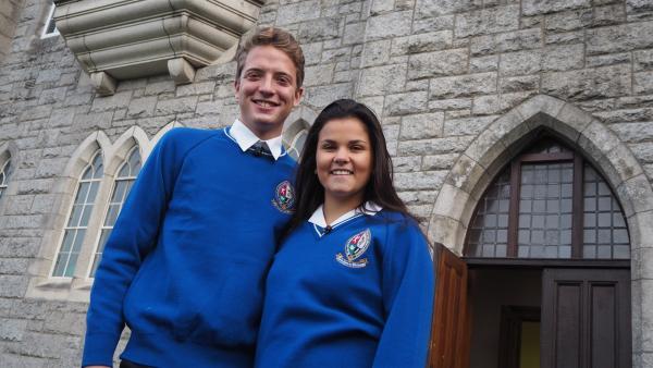 Louisa und Philipp erfahren, dass man an irischen Schulen eine Schuluniform trägt. Natürlich probieren die beiden diese gleich mal aus. | Rechte: ZDF/Bettina Herzer