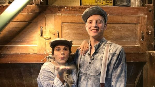 Ein Tag als Müllerin und Müller. Louisa und Philipp sind in den Niederlanden angekommen und stellen mit einem Müller Mehl her. | Rechte: ZDF/Georg Bussek