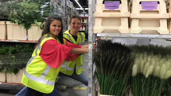 Louisa und Philipp besuchen die weltgrößte Blumenversteigerung. In Aalsmeer in den Niederlanden werden jeden Morgen Blumen in die ganze Welt verkauft. | Rechte: ZDF/Georg Bussek