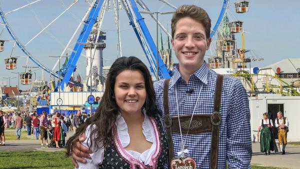Louisa und Philip posieren in bayerischer Lederkluft vor einem Riesenrad.   Rechte: imago, ZDF