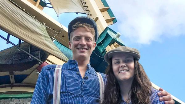 Louisa und Philipp posieren vor einer Windmühle. | Rechte: ZDF
