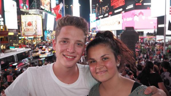 Hier wird es niemals richtig dunkel. Auf dem Times Square in New York sind Louisa und Philipp einfach nur geplättet. | Rechte: ZDF/Georg Bussek