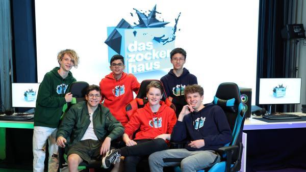 Lapo, Daren, Dennis, Ron, Finn-Luka und Lenny haben sich zwei Wochen lang beim Online-Gaming kennengelernt und ziehen jetzt gemeinsam ins Zockerhaus ein. | Rechte: ZDF/Frank Hempel