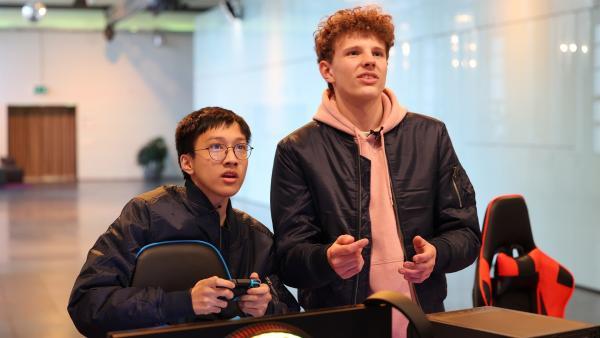 Die Gamer-Freunde Finn-Luka und Lenny probieren das Zocker-Equipment in der Gaming-Zone aus. Hier werden sie ab morgen jeden Tag gegen die anderen Teams in Digital Games antreten.   Rechte: ZDF/Frank Hempel