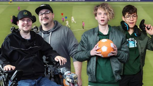Das Zockerhaus: Wheely und Meso, Lapo und Daren schauen in die Kamera, während Lapo einen Fußball und Daren einen Controller in der Hand hält. | Rechte: Frank Hempel
